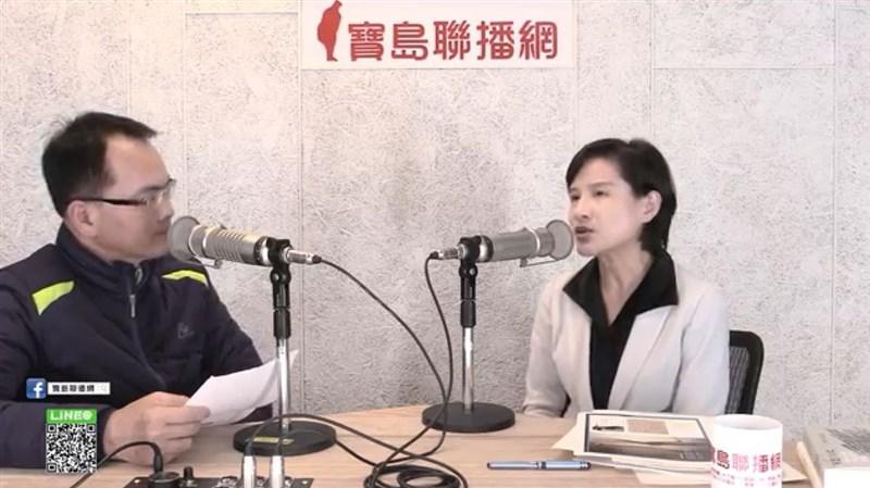 文化部長鄭麗君(右)21日接受電台專訪提到,她的夢想是台灣能有一個華語系的世界性公媒。(圖取自寶島聯播網YouTube頻道網頁youtube.com)
