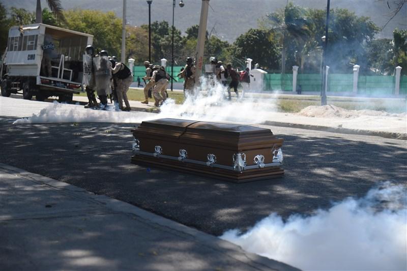 200名示威民眾和抬著在上週不幸喪命示威者棺材的送葬者,警方發射催淚瓦斯和橡皮子彈試圖驅離,過程中這名死者棺材被放在地上。(法新社提供)