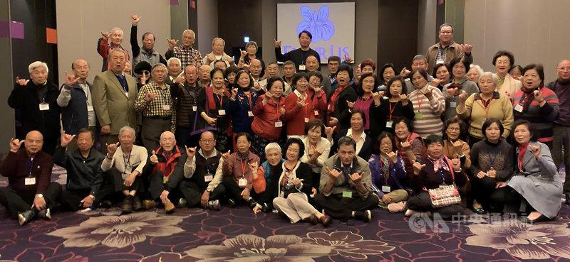 畢業60年的新竹市龍山國小校友,23日齊聚一堂,舉辦10年1次的同學會,「老同學」們開心分享兒時校園趣事,更相約10年後再聚。(翻攝畫面)中央社記者魯鋼駿傳真 108年2月23日