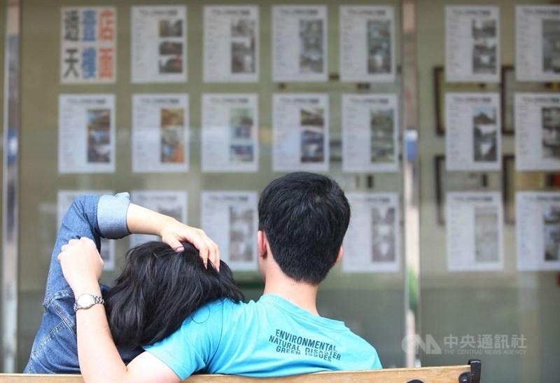 新上任的不動產開發商全聯會理事長楊玉全表示,他上任後首重與政府溝通降低房產持有稅(房屋稅與地價稅),同時以延長貸款年限從現今最長30年延到40年。(中央社檔案照片)
