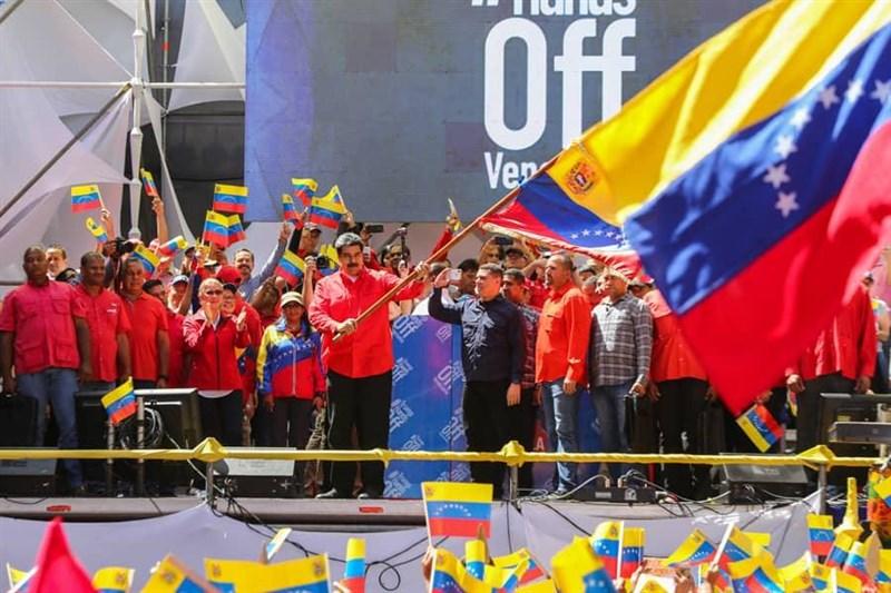 委內瑞拉總統馬杜洛(前左)23日宣布,委內瑞拉決定與鄰邦哥倫比亞斷絕一切政治與外交關係。(圖取自twitter.com/NicolasMaduro)