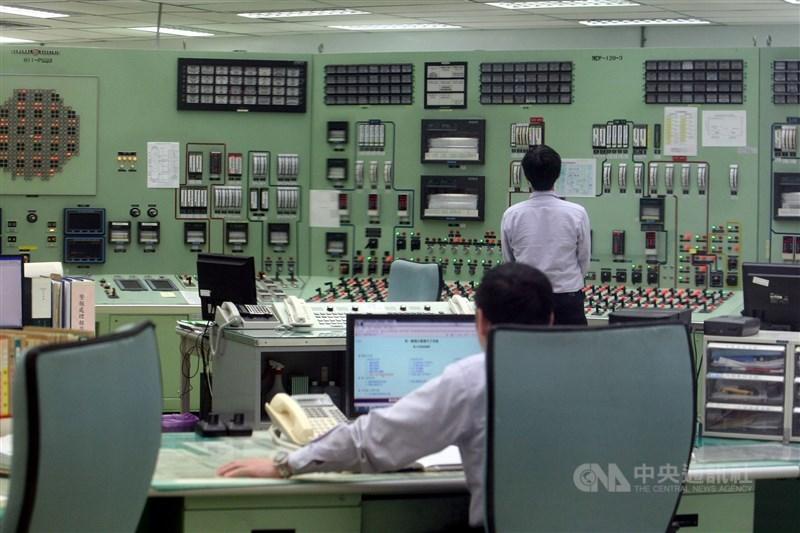 媒體報導台電未完成核電廠主控室包封測試,質疑輕忽核電廠安全。台電回應,核能電廠營運遵照法規及管制機關要求。圖為核電廠控制室。(中央社檔案照片)