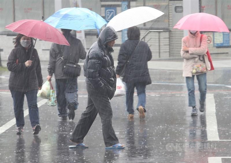 中央氣象局24日表示,大陸冷氣團影響,白天雲量偏多有降雨;天氣方面受華南雲雨區影響,各地降雨機率高。中央社記者張新偉攝 108年2月24日