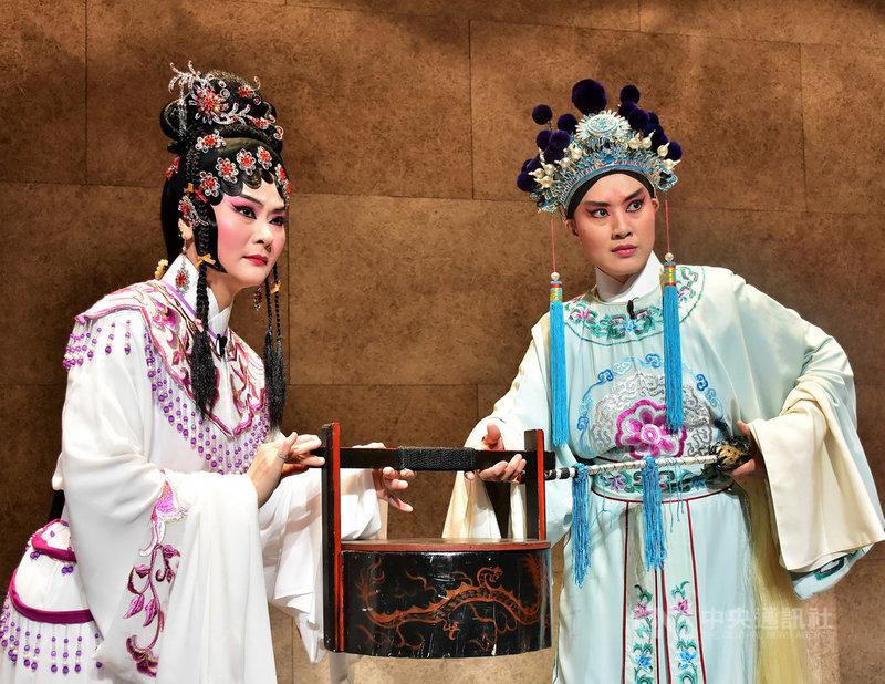 台灣豫劇團5月將推出年度大戲「龍袍」,由當家演員蕭揚玲(左)飾演寇珠、劉建華(右)飾演陳琳,14日在記者會中搶先演出精彩片段。中央社記者汪宜儒傳真 108年3月14日