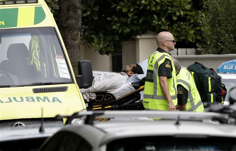 紐西蘭基督城15日發生重大槍擊事件造成傷亡,救護單位將傷者送醫。(美聯社提供)