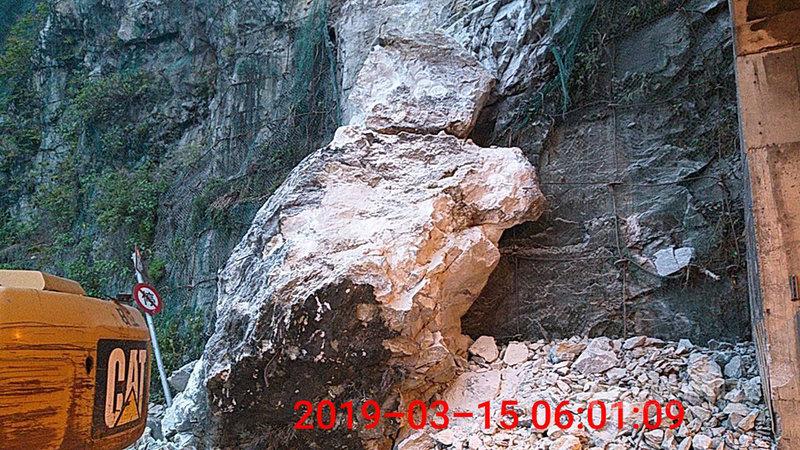 台9線蘇花公路172.7公里處大清水隧道15日凌晨坍落巨石,阻斷雙向交通,工程人員漏夜清理,上午8時恢復通行。(公路總局提供)中央社記者李先鳳傳真 108年3月15日