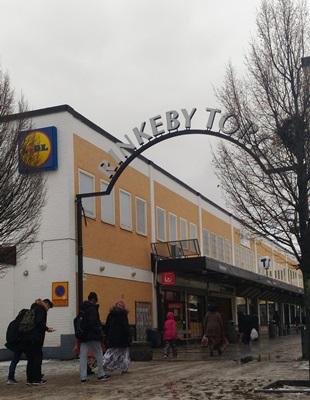 瑞典被川普稱「危險」兩日後,首都移民區Rinkeby發生暴動造成嚴重警民衝突。