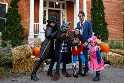 杜魯道(右二)今年萬聖節扮演超人平民版身分克拉克‧肯特,與家人合影同樂。(取自加拿大總理府官網)