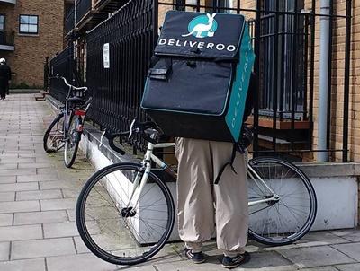 英國估計有100多萬人是零工經濟工作者,圖為一名以單車代步、背著外賣平台Deliveroo保溫箱的外送人員。(取自WIKIMEDIA COMMONS)