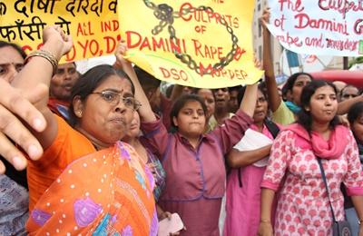 2012年12月,一名女大學生在新德里的巴士上被輪姦和凶殘攻擊,事件激起全國怒火。