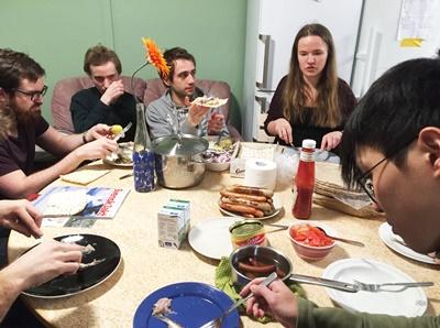 臭魚派對通常會搭配薄餅麵包、馬鈴薯、洋蔥、番茄一起食用。(呂明心提供)