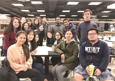 臺科大印尼籍校友吳慧莉(前排右2)返回印尼任教後,以改善汙水處理的技術,獲新加坡雜誌《亞洲科學家》評為傑出的100位科學家。(臺科大提供)