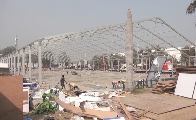 印度人習慣在截止日前拿出爆發力趕工,且都能如期完成,讓外國人覺得不可思議。圖為新德里的展覽中心,工人趕工搭建展覽會場。