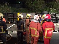 游览车国道翻车 大批消防人员赶赴抢救