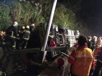 游览车翻落国道边坡 持续抢救