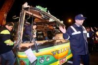 警勘验翻覆游览车车体 劝离媒体