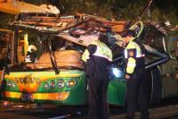警方勘验翻覆游览车车体(3)