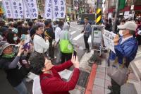 日本民眾舉手帕謝台灣311地震伸援手