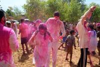 印度灑紅節 空中瀰漫著噴灑的彩粉