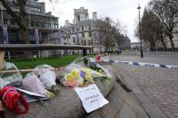 倫敦恐攻 封鎖線外民眾獻花