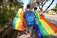 挺同婚民眾持彩虹旗離去
