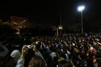 五月天开场 民众挤爆公园(1)