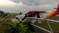 德安航空19人座飛機撞護欄