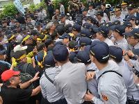 反年金改革 立法院爆抗爭衝突