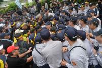 反年金改革 立法院抗爭衝突不斷(1)