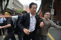 林俊憲遭反年金改革群眾推擠(3)