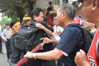 林俊憲遭反年金改革群眾推擠(2)