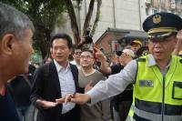 林俊憲遭反年金改革群眾推擠(1)