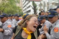 反年金改革人士阻擋立院各入口