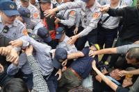 反年金改革 立法院抗爭衝突不斷(2)