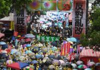 反年改冒雨上街頭 群眾雨傘貼訴求表立場