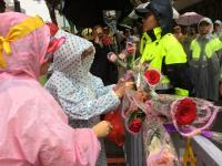慶祝警察節 反年改民眾獻花