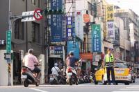 西門町紅綠燈停電 警方指揮交通(1)