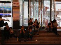 民眾在百貨門口枯坐等待復電