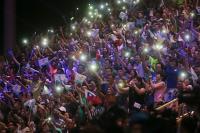世大運開幕 觀眾點亮手機燈光為選手打氣