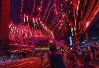 世大運開幕式 絢爛煙火場外民眾也駐足