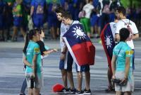 世大運閉幕 選手攜帶中華民國國旗進場