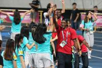 世大運閉幕 選手與志工擊掌