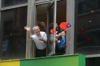 台灣英雄大遊行 民眾揮旗歡迎