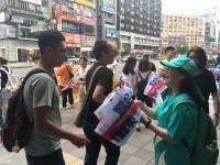 台灣英雄大遊行 民眾索取加油旗幟