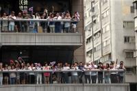 民眾在陽台上向中華隊致敬