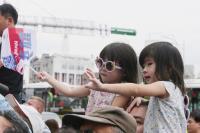 小姐妹向台灣英雄揮手