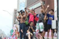 民眾搶拍台灣英雄