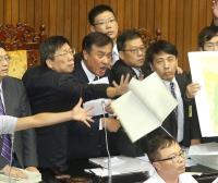 前瞻首期預算立院三讀 藍委場內扔擲預算書