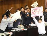 前瞻首期預算三讀 藍委扔預算書綠委飛身擋
