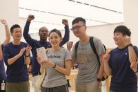 直營店開賣iPhone 8  員工為消費者歡呼